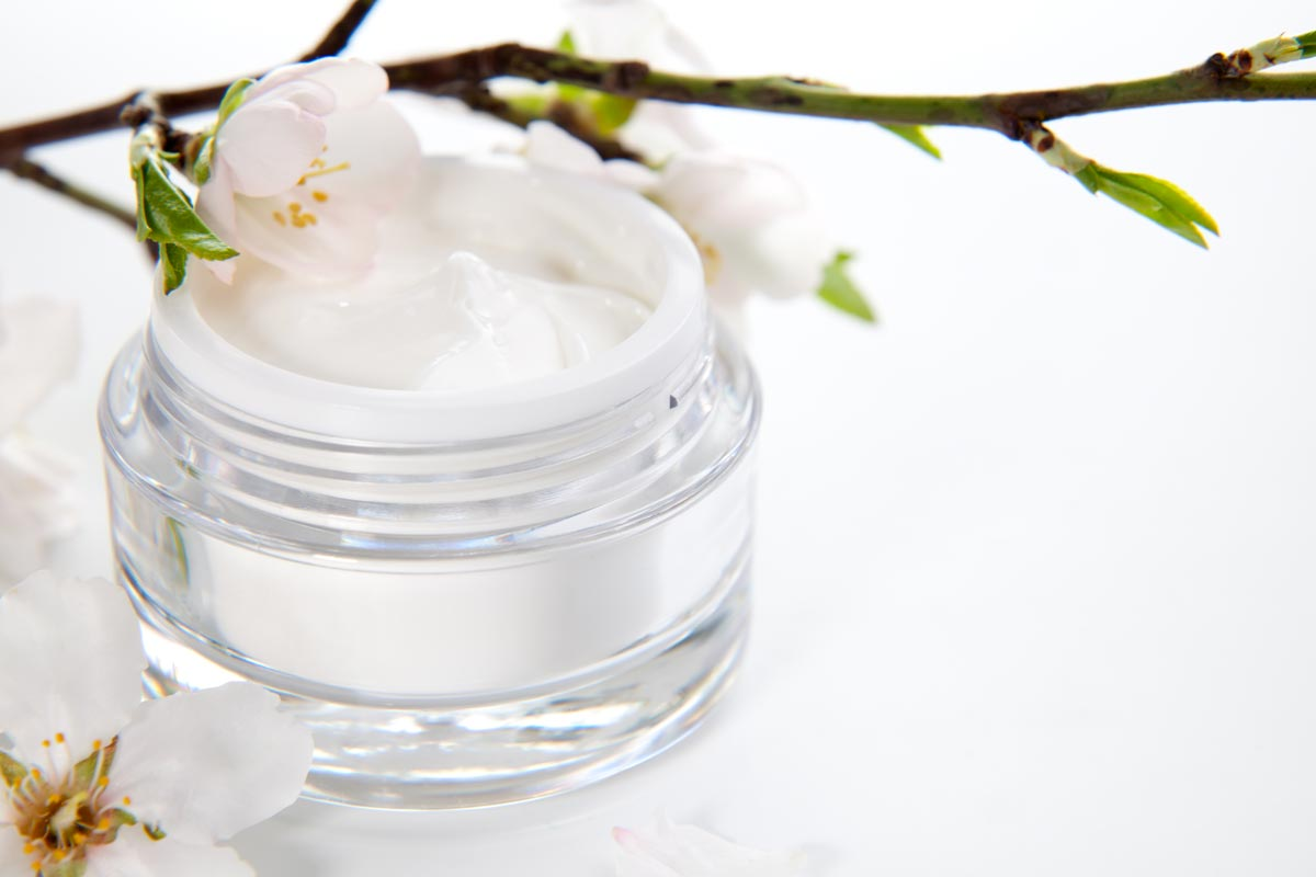 Face cream and almond flowers © evgenyb, fotolia