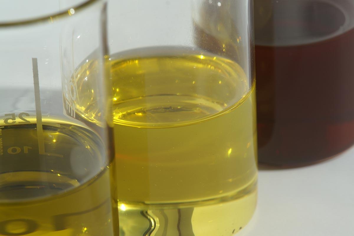 Pflanzenöle im Becherglas