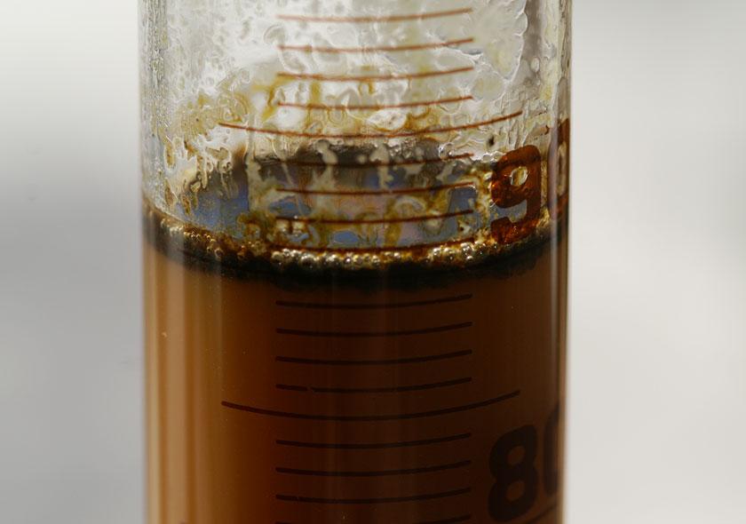 Vanilleextrakt mit resinoiden im Messzylinder